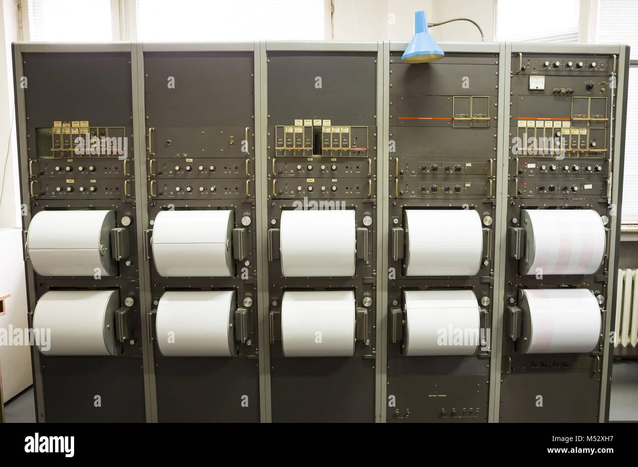 Five seismographs recording earthquakes - Stock Image