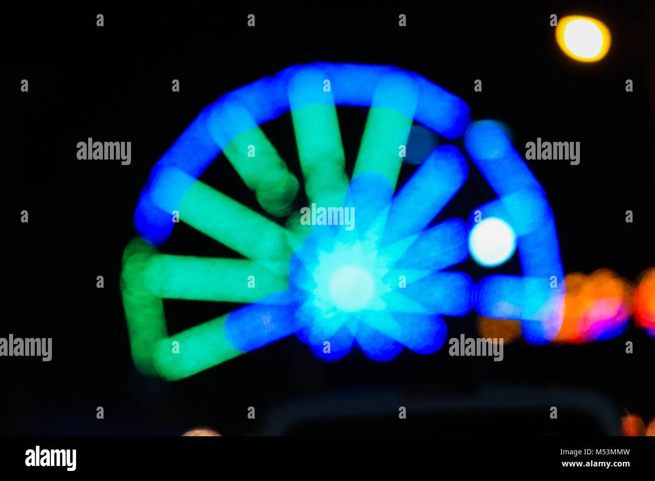 luces en movimiento de rueda de la fortuna feria popular juegos