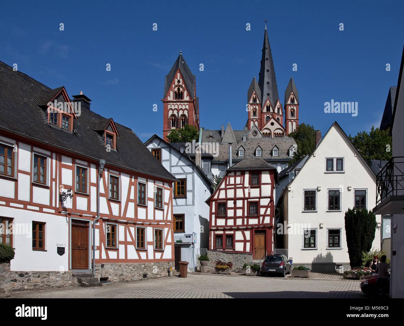 Limburg an der Lahn, Dom, Fernblick auf die Türme von Süden vorn Bergstrasse hinten Giebelhäuser - Stock Image
