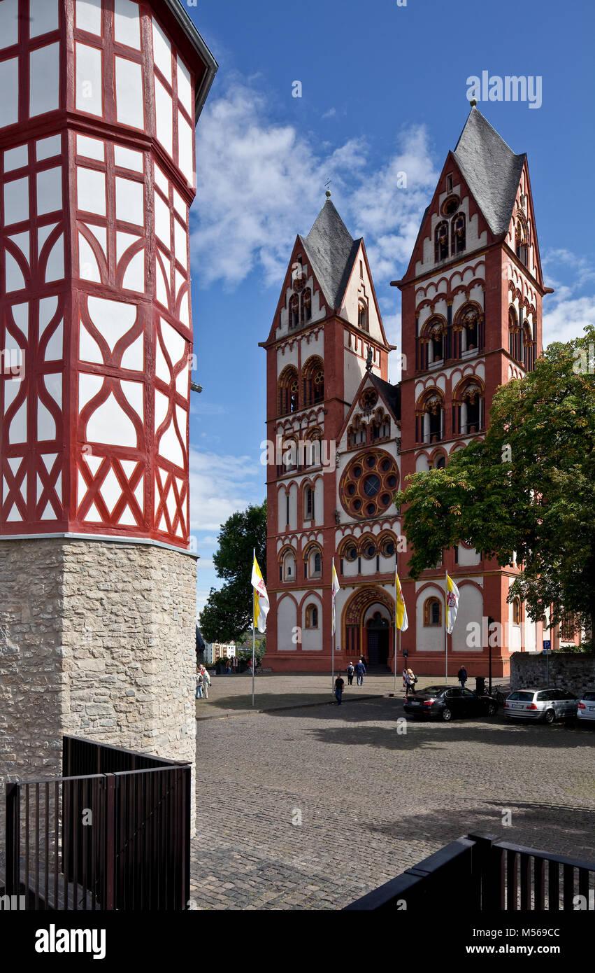 Limburg an der Lahn, Dom, Westfassade von West-Südwest links Fachwerkturm vom Walderdorffer Hof Stock Photo