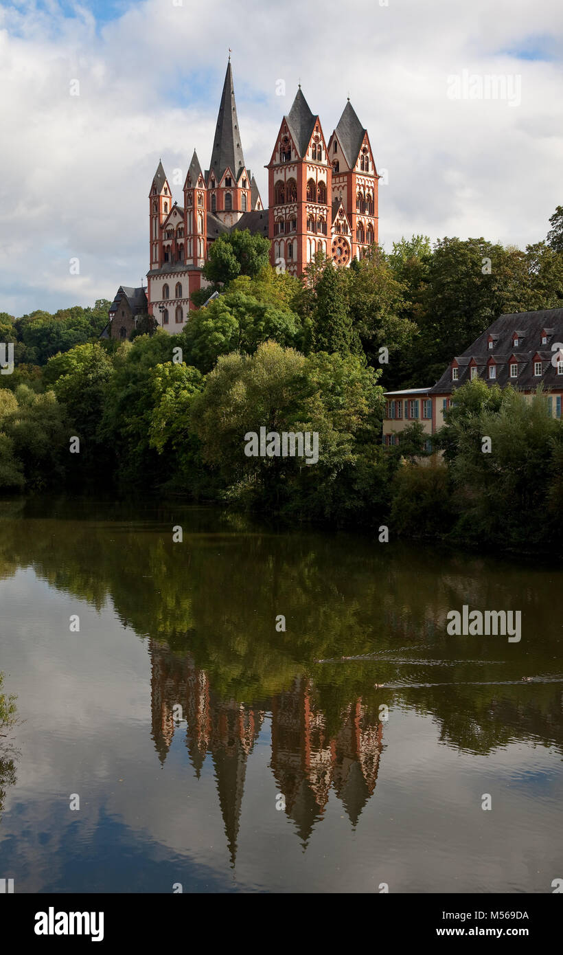 Limburg an der Lahn, Dom, Ansicht von Nordwesten mit Spiegelung in der Lahn - Stock Image