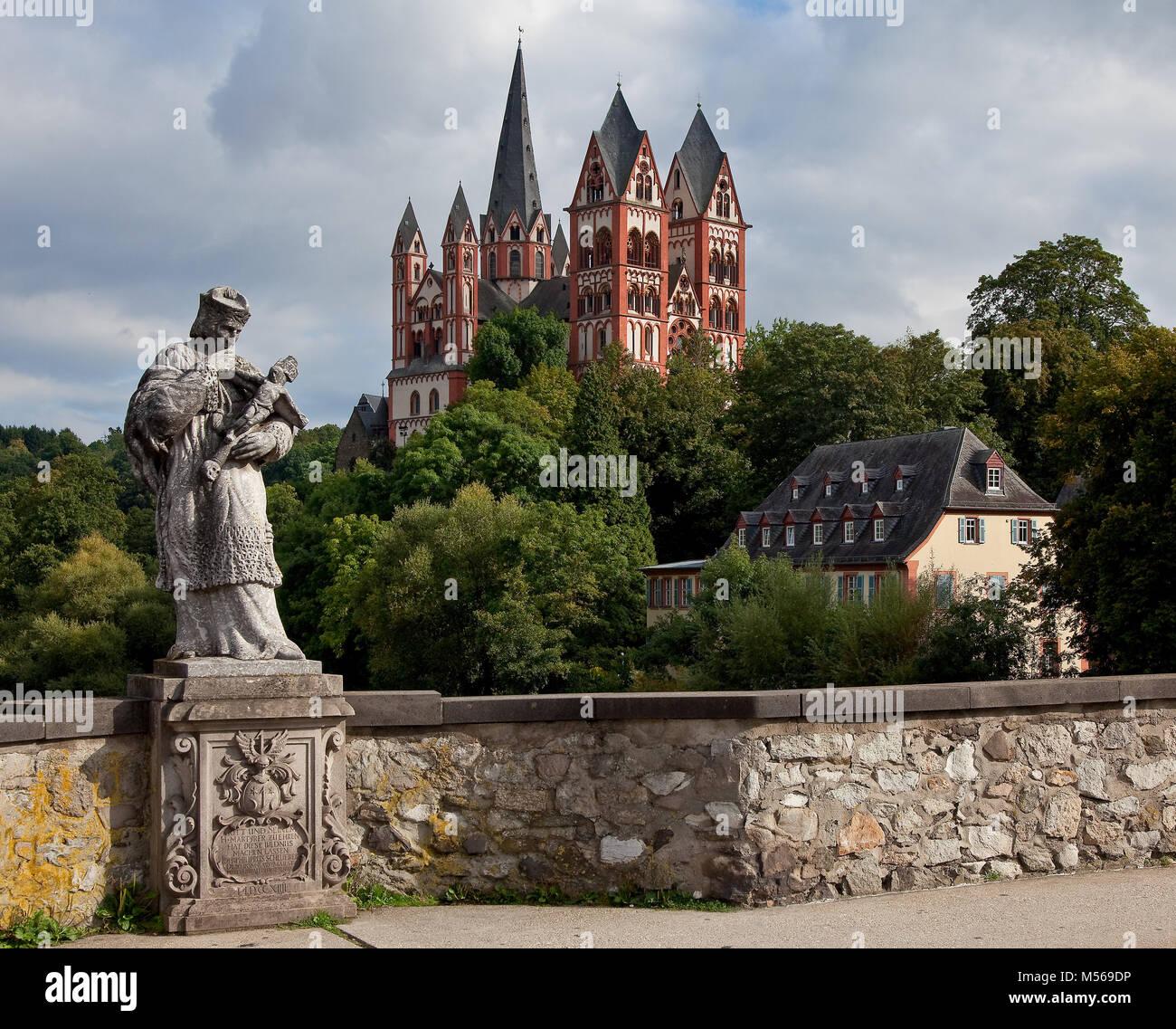 Limburg an der Lahn, Dom, Ansicht von Nordwesten aus von der alten Lahnbrücke links barocke Nepomuk-Skulptur - Stock Image