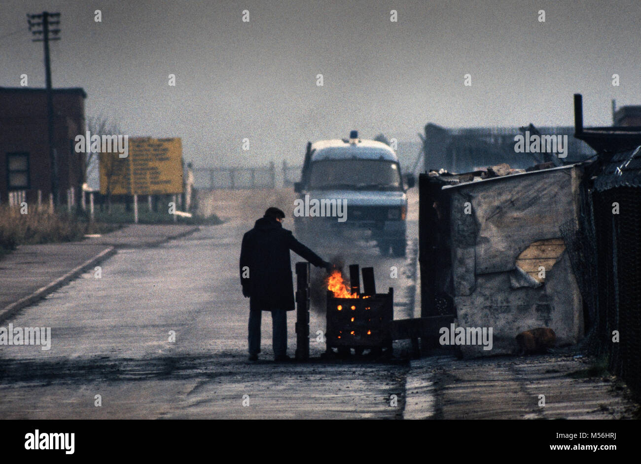 Fitzwilliam Main colliery Yorshire during the 1984-85 Miners Strike. Keeping warm on the NUM - National Union of - Stock Image