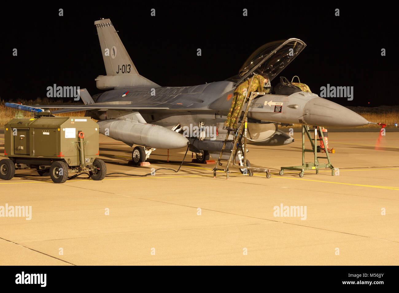 Leeuwarden Feb 6 2018: Night flight Exercise. Mechanics inspecting an F-16 Fighting Falcon. - Stock Image