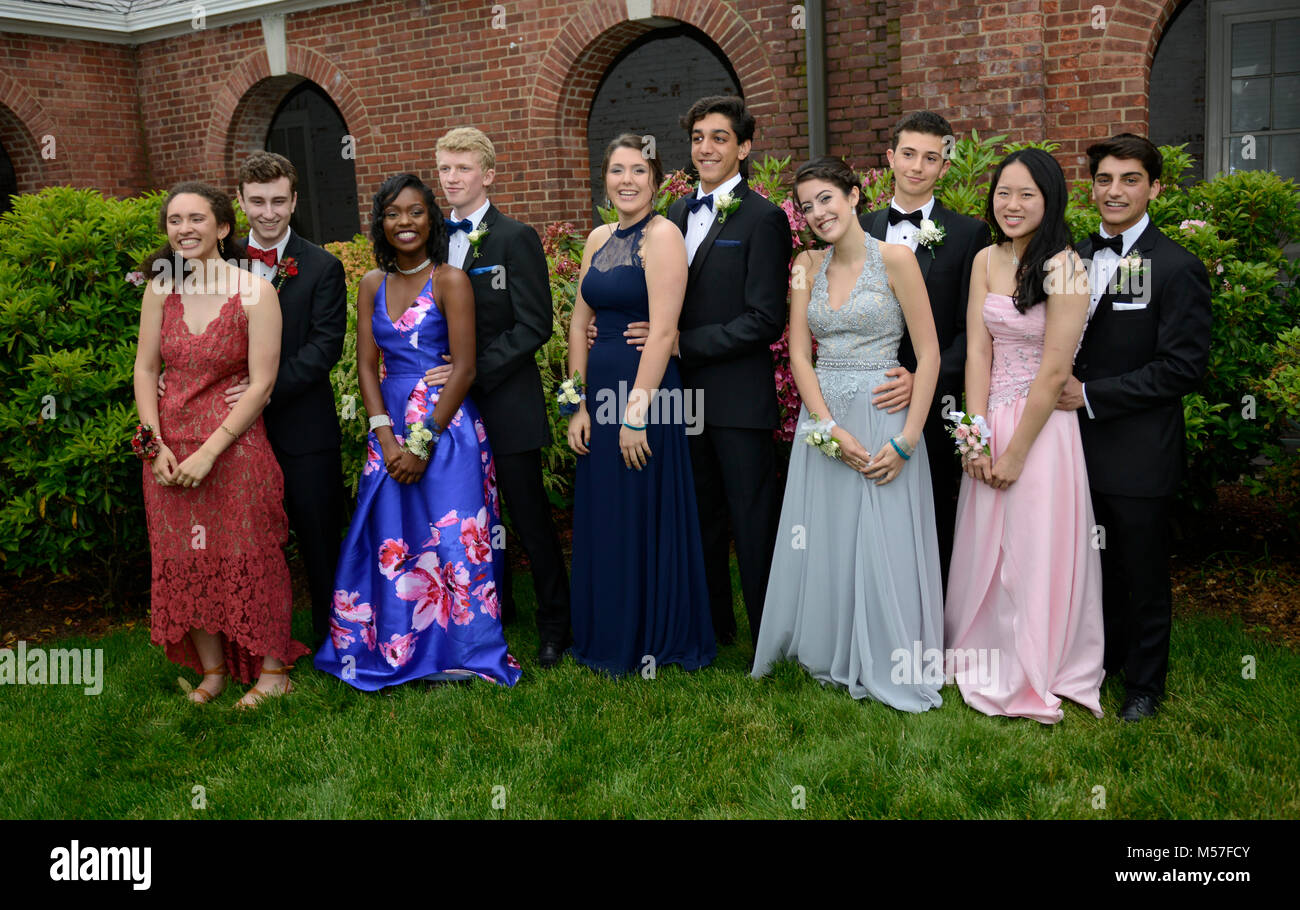 High school juniors pose for pictures before heading off to their prom.. - Stock Image