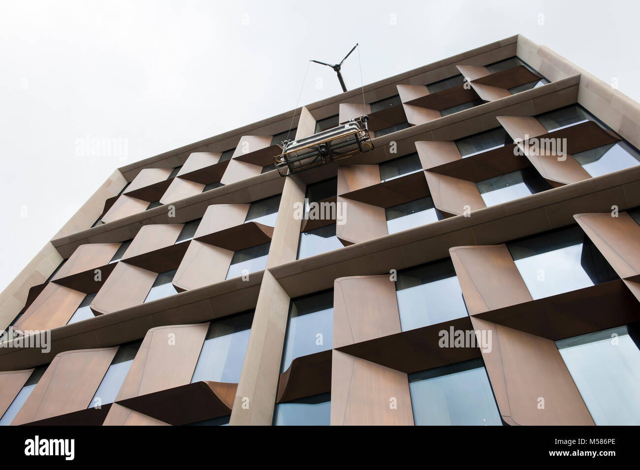 Window cleaners clean the The Bloomberg European headquarters at 2 Queen Victoria St, London in England.  The Building - Stock Image