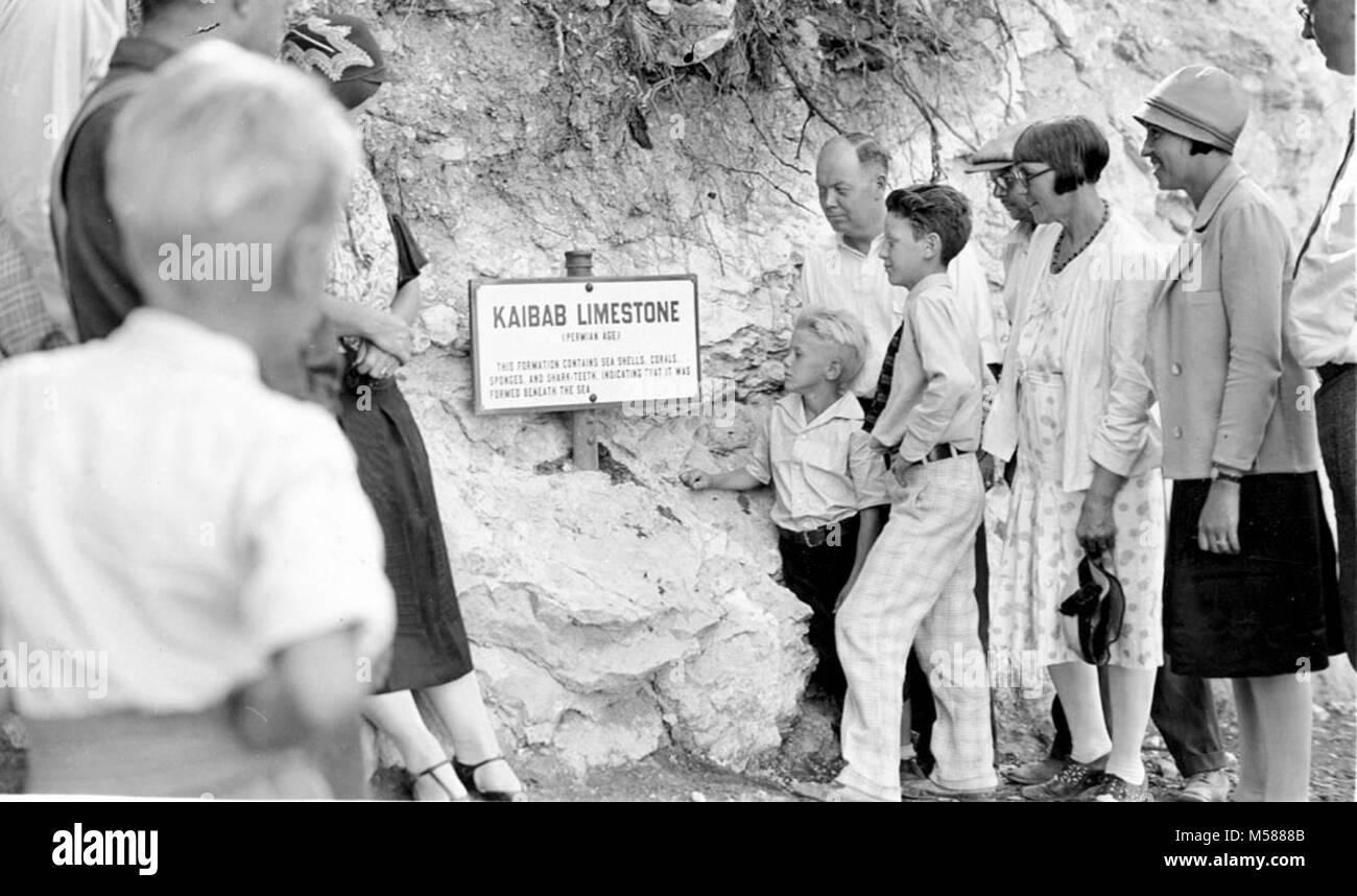 Grand Canyon Historic Kaibab Trail Geology Walk. PARK VISITORS ON A GEOLOGY WALK, LOOK AT AN EDUCATIONAL  SIGN ON - Stock Image
