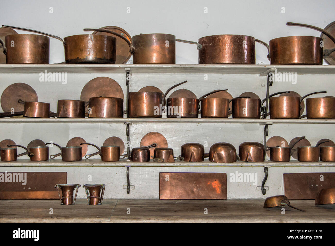 Merveilleux Old Kitchen Utensils In Copper Spread Over Three Shelves In The Kitchen Of  The Royal Palace Of Madrid. Spain.
