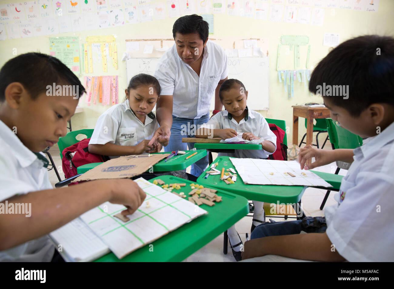Headmaster Jose Manuel Cen Kauil teaches a Mayan mathematicsclass at Ignacio Ramirez Calzada primary school - Stock Image