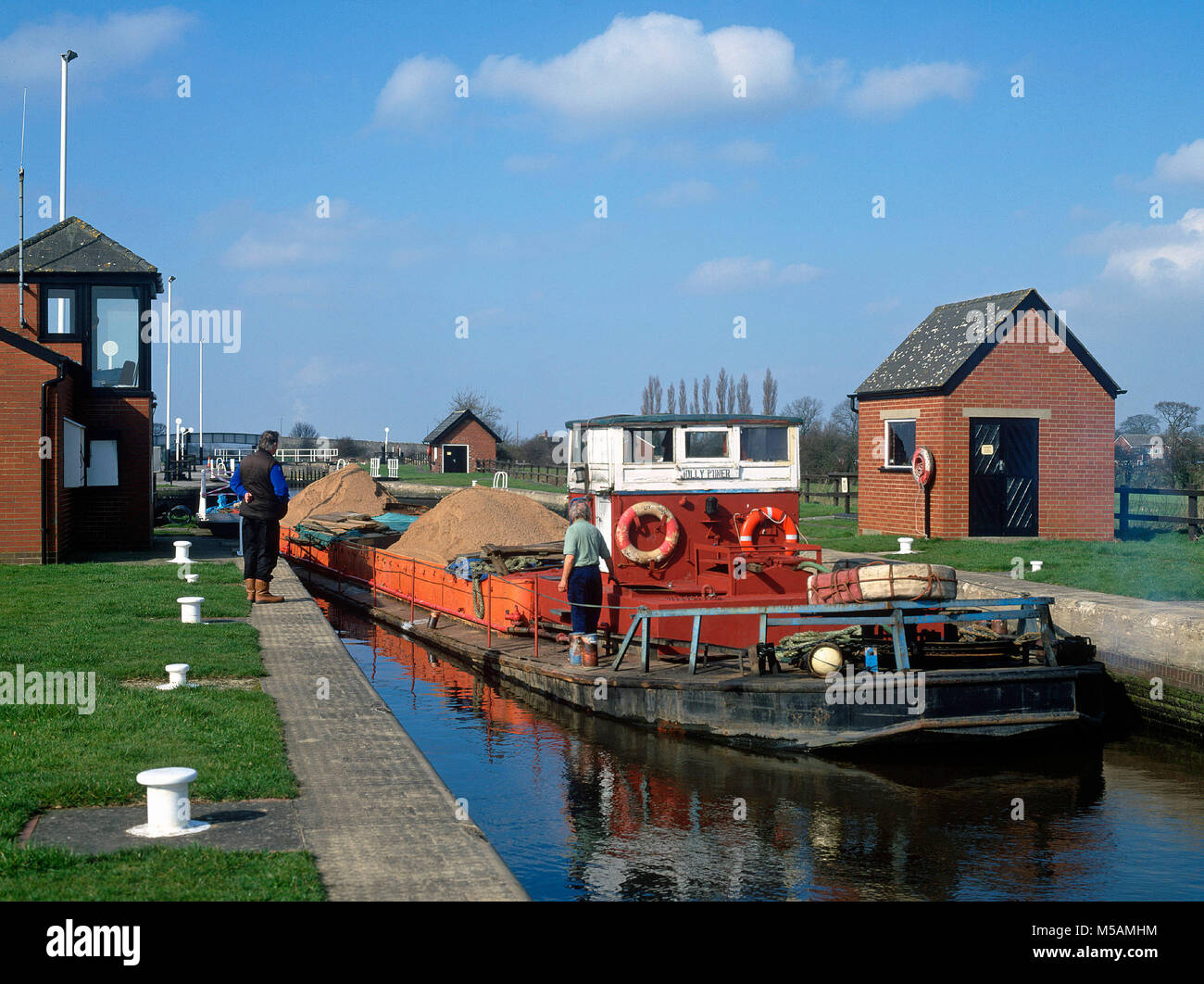 A gravel barge at Pollington Lock on the Aire and Calder Canal, East Yorkshire - Stock Image