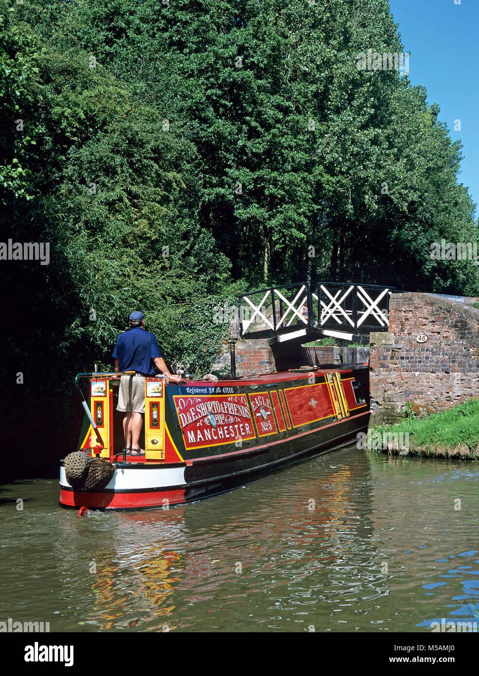 Split bridge on the Stratford upon Avon Canal at Preston Bagot, Warwickshire (The split is to allow the tow rope - Stock Image