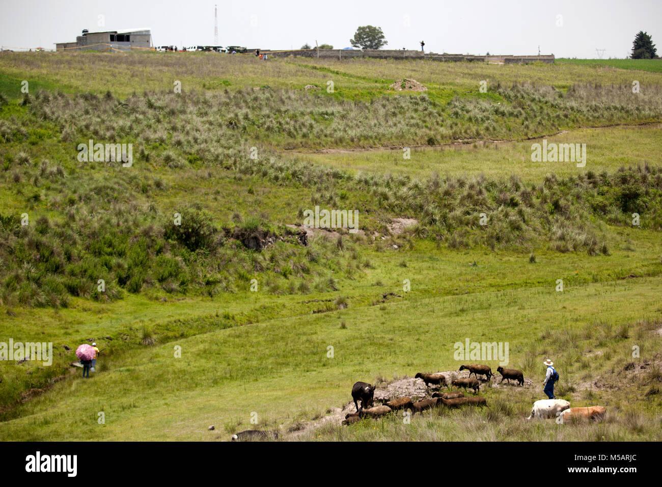 People near the farm house Joaquin 'El Chapo' Guzman used to escape Altiplano prison near Toluca, Mexico - Stock Image
