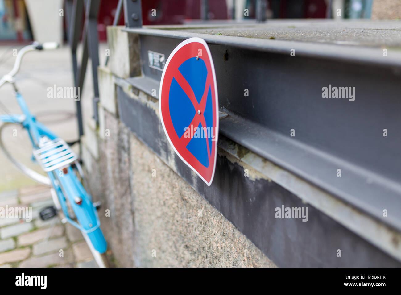 Fahrrad in hellblau ist an einem Geländer angekettet ohne Sattel - Stock Image