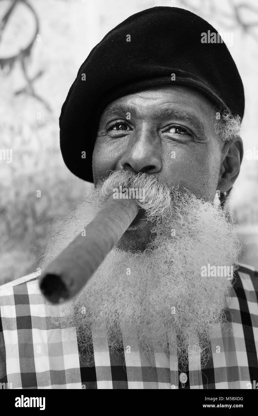 Un volto unico cubano all'ingresso del locale più famoso di Cuba - Stock Image