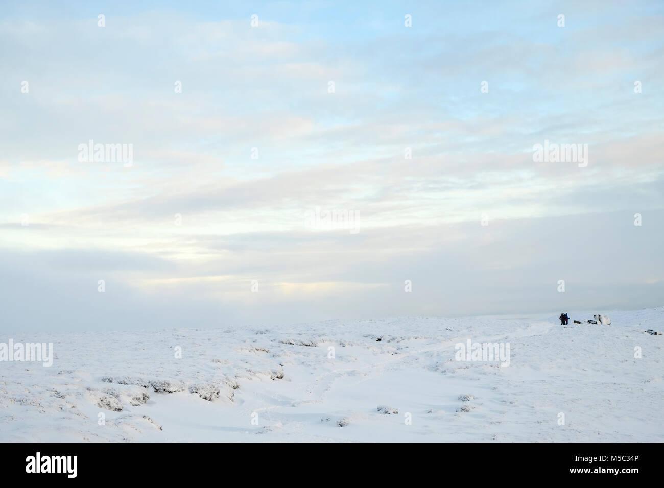 Winter landscape. Snow covering Edale Moor on Kinder Scout, Derbyshire, Peak District National Park, England, UK - Stock Image
