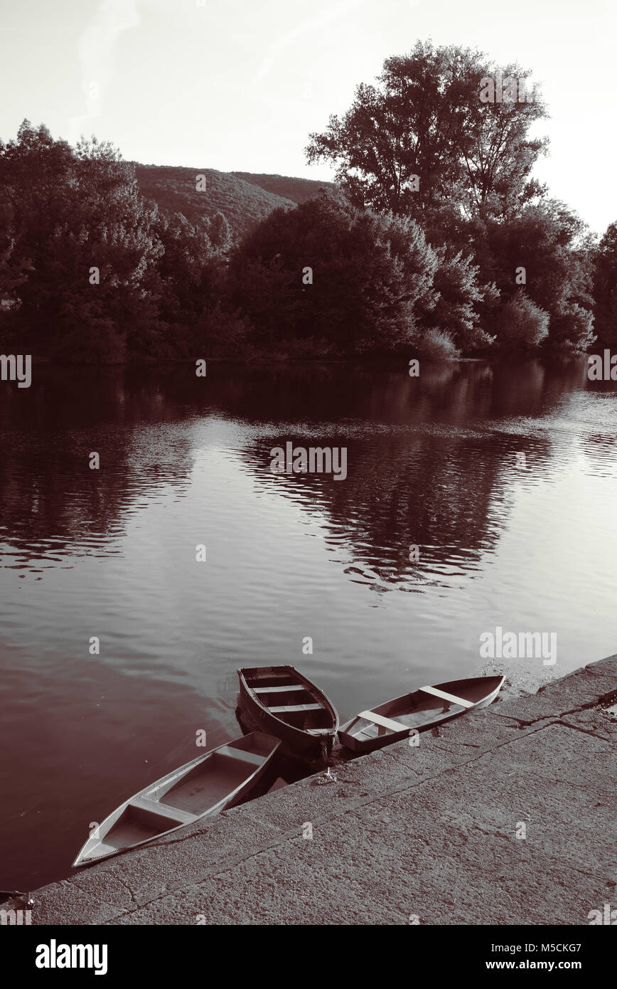 boat on the edge of the dordogne, roque gageac, black and white shooting - Stock Image