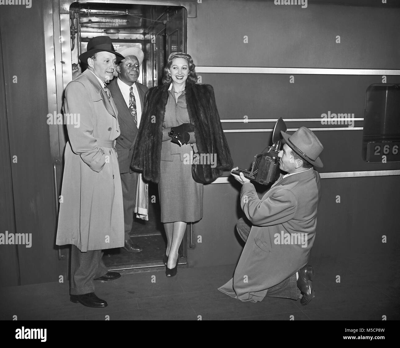 Jack Benny, Rochester, Mary Livingston & Weegee on the train platform in New York 1946. Stock Photo