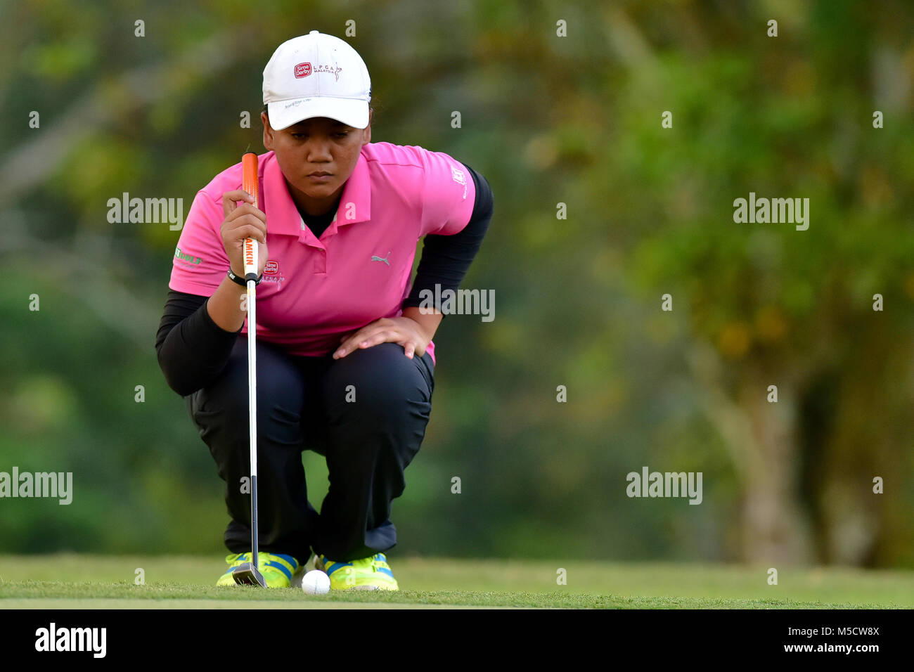 Danau, UKM Bangi - FEBRUARY 10: Zarith Sofea lines up a putt on the 11th green during Round One of the Danau Junior - Stock Image
