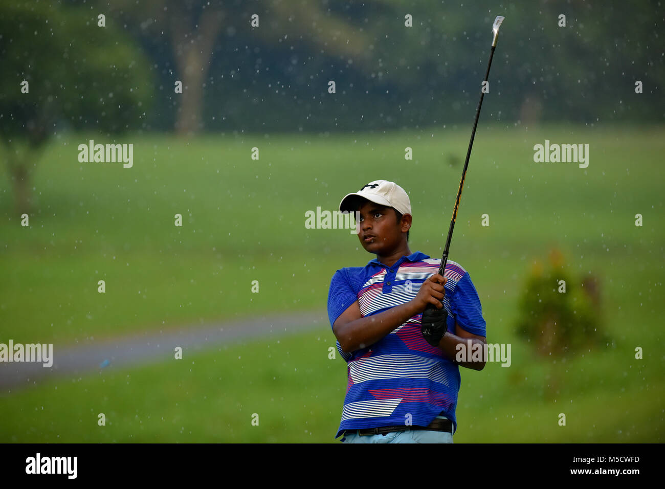 Danau, UKM Bangi - FEBRUARY 10: Dylan Alvin Augustine watches his tee shot on the 16th hole during Round One of - Stock Image