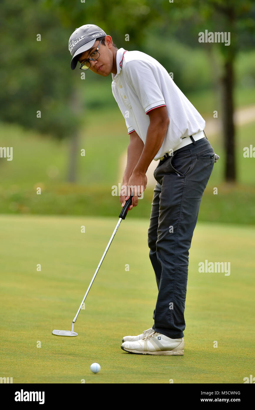 Danau, UKM Bangi - FEBRUARY 10: Ryan Fernandez putts on the 5th green during Round One of the Danau Junior Championship - Stock Image