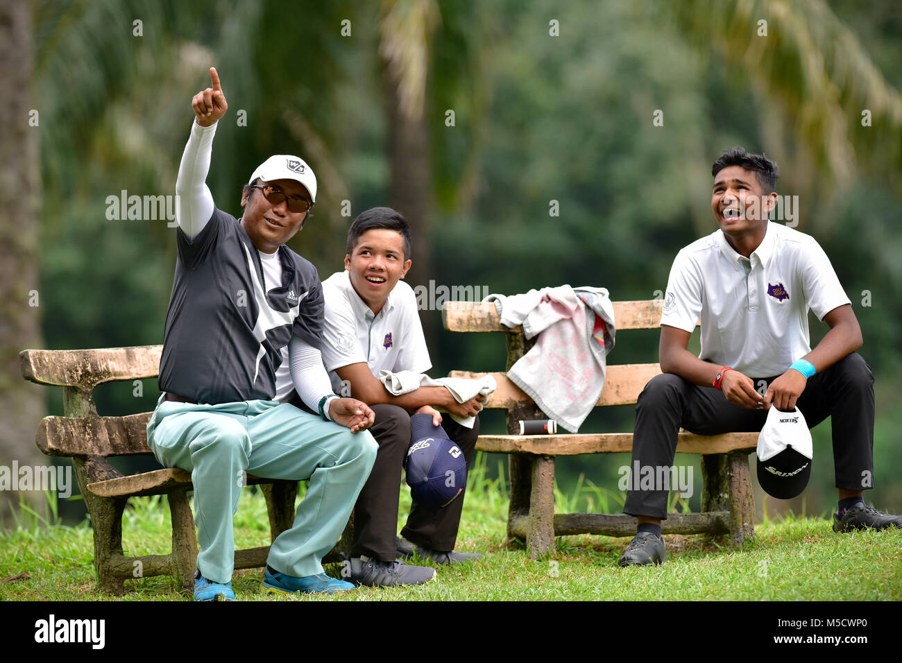 Danau, UKM Bangi - FEBRUARY 10: Players and caddies have chat on the 6th hole during Round One of the Danau Junior - Stock Image