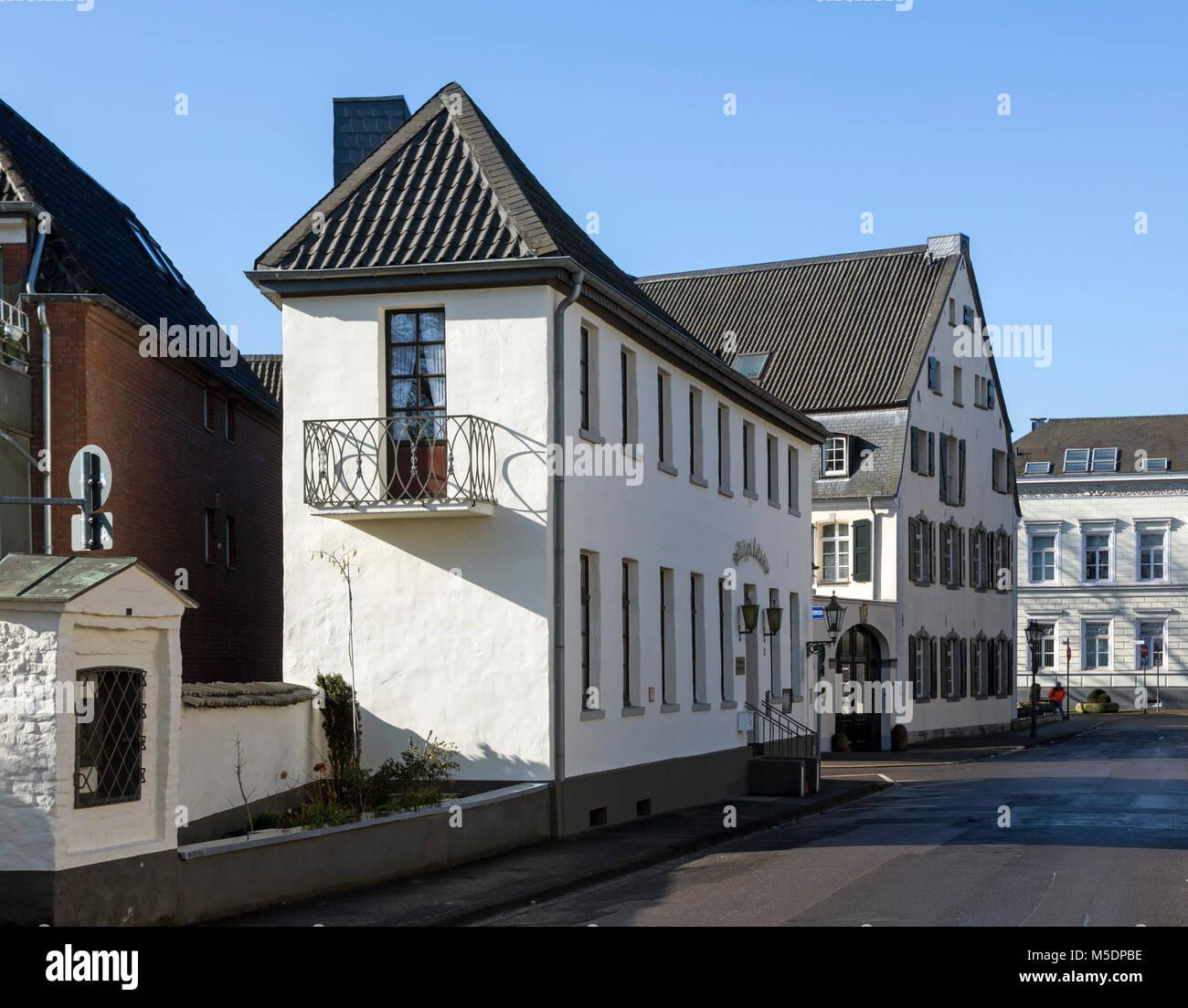 "Krefeld-Uerdingen, Haus ""Bügeleisen"" am Zollhof, hinten Haus Neuhofs, Gebäudeensemble am Zollhof, 1778 erbaut Stock Photo"