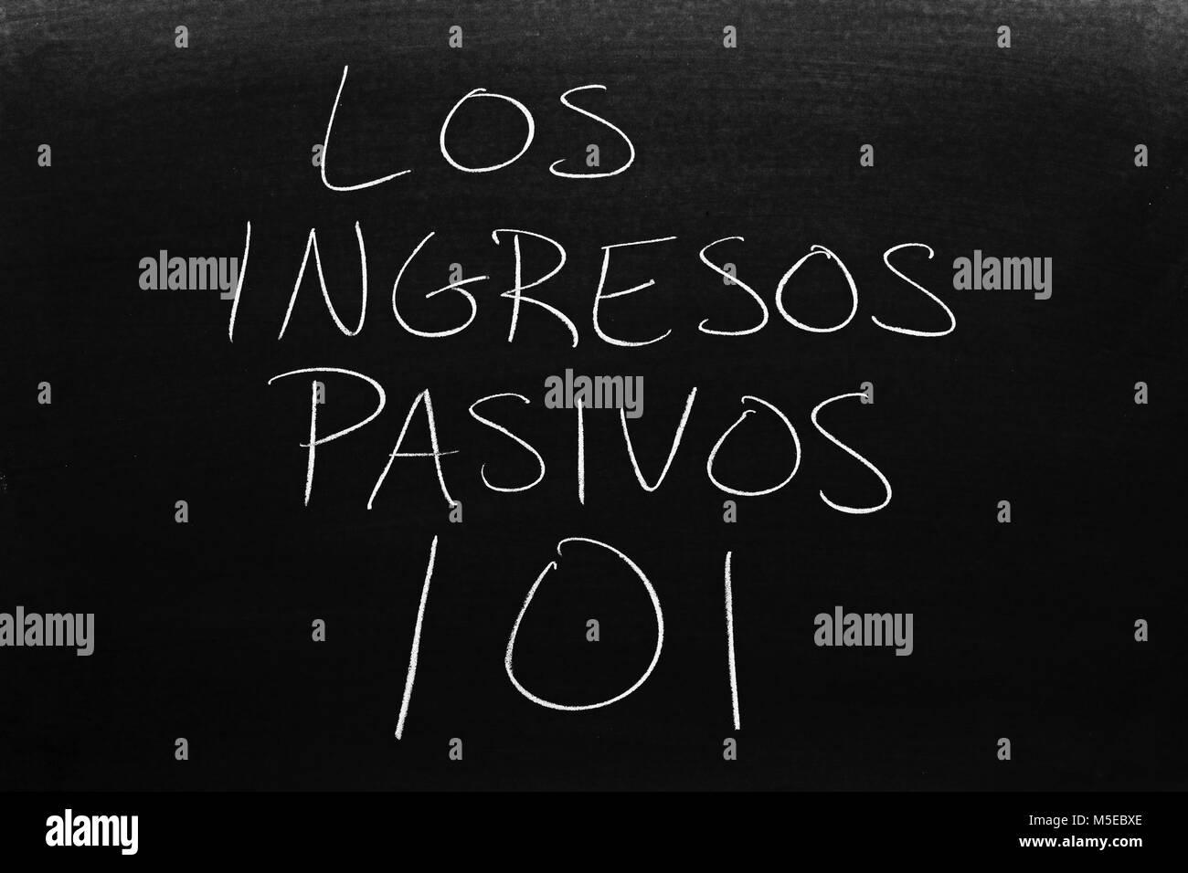 The words Los Ingresos Pasivos 101 on a blackboard in chalk - Stock Image