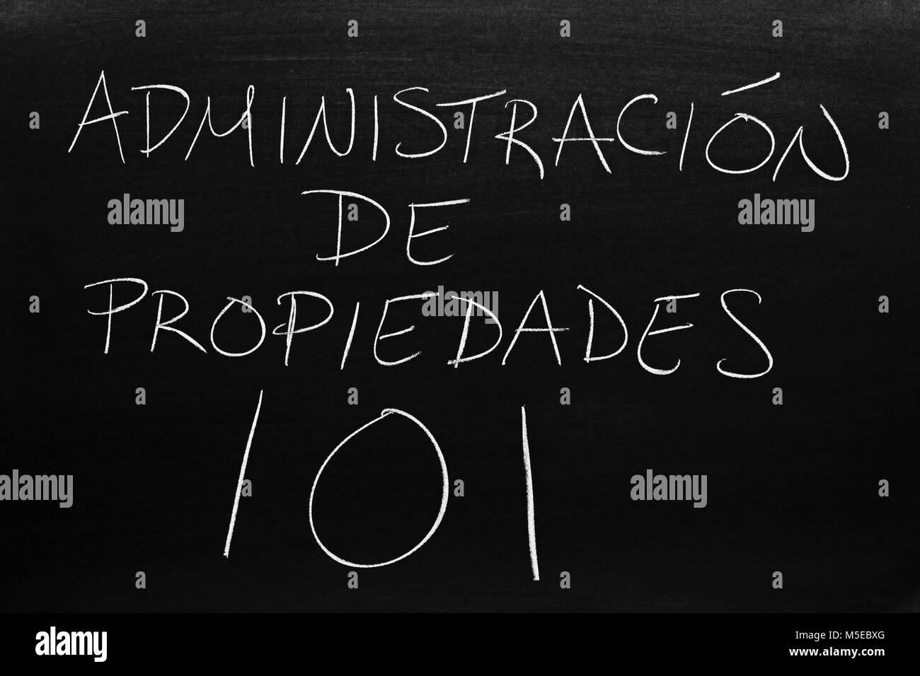 The words Administración De Propiedades 101 on a blackboard in chalk - Stock Image