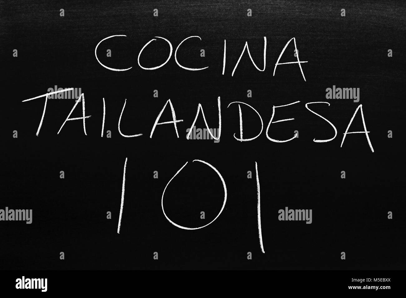The words Cocina Tailandesa 101 on a blackboard in chalk - Stock Image