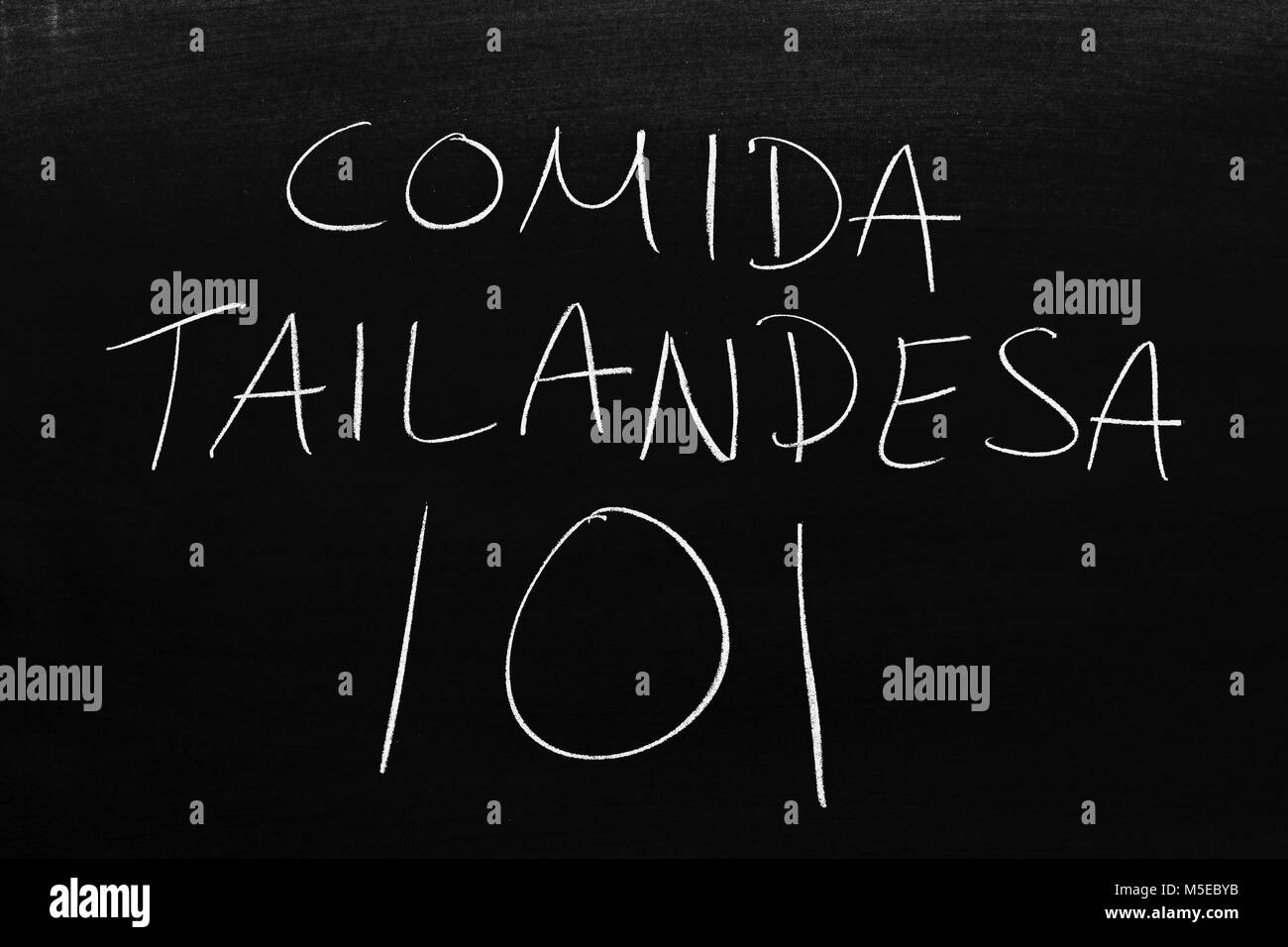 The words Comida Tailandesa 101 on a blackboard in chalk - Stock Image