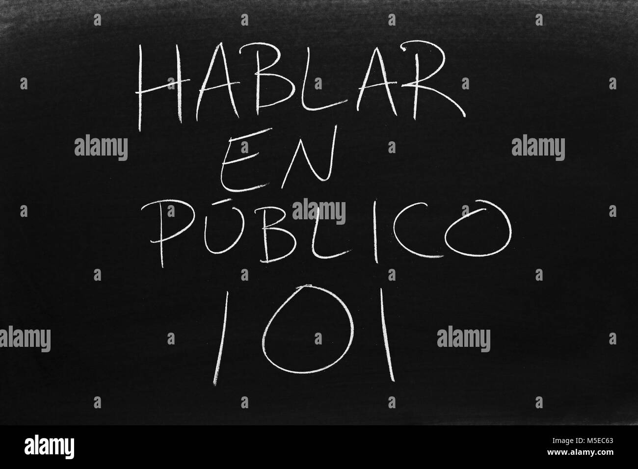 The words Hablar En Público 101 on a blackboard in chalk - Stock Image