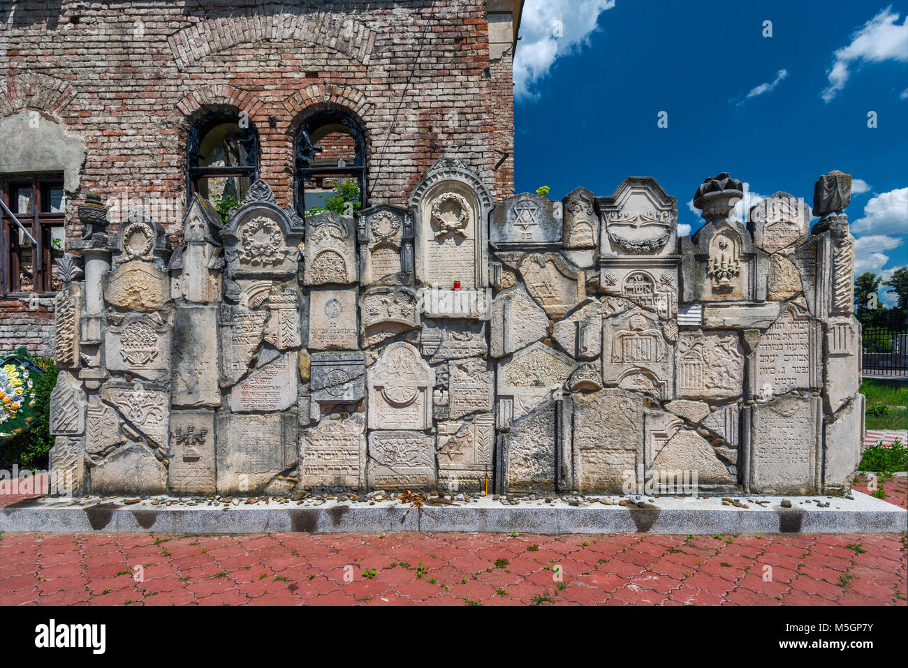 Memorial wall constructed of fragments of headstones, ruined synagogue, Jewish Cemetery in Chernivtsi, Bukovina - Stock Image