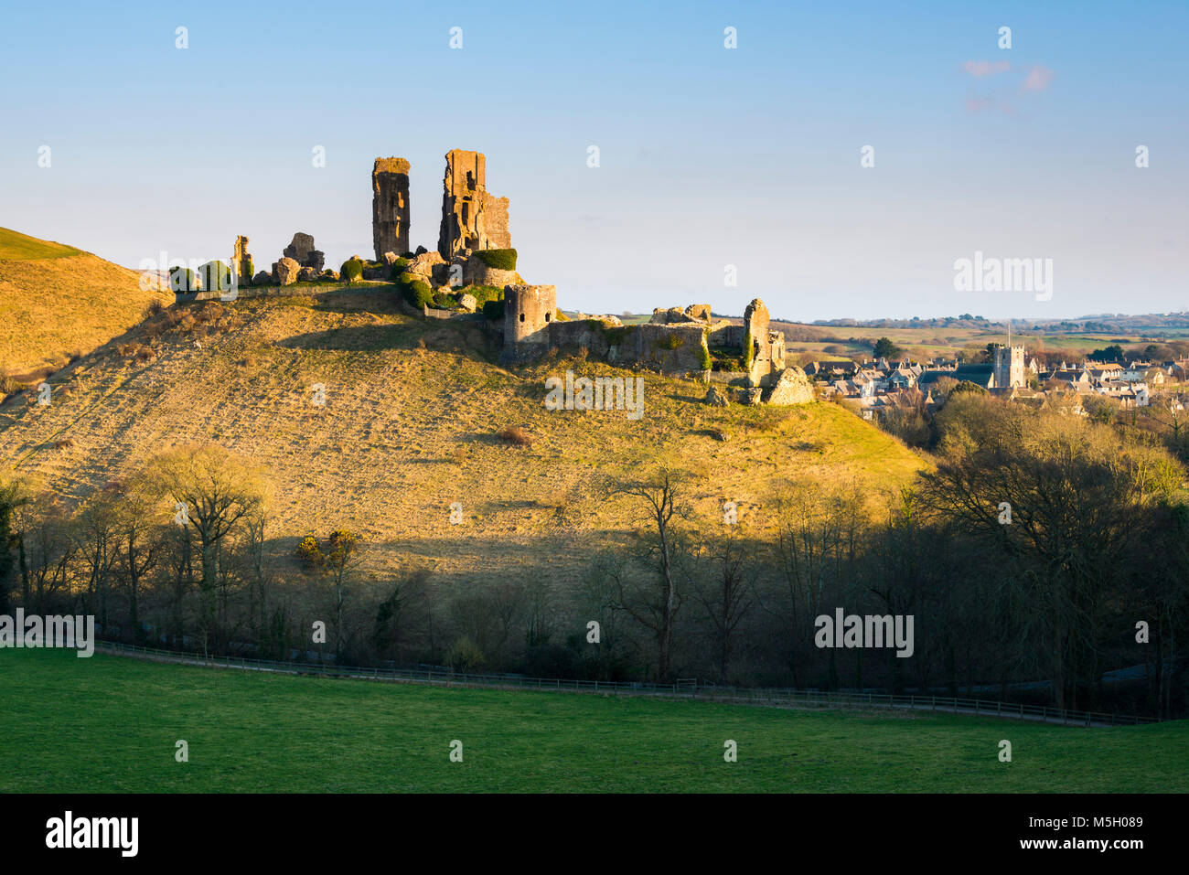 Corfe Castle, Dorset, UK.  23rd February 2018.  UK Weather.  Late afternoon winter sunshine at Corfe Castle in Dorset - Stock Image