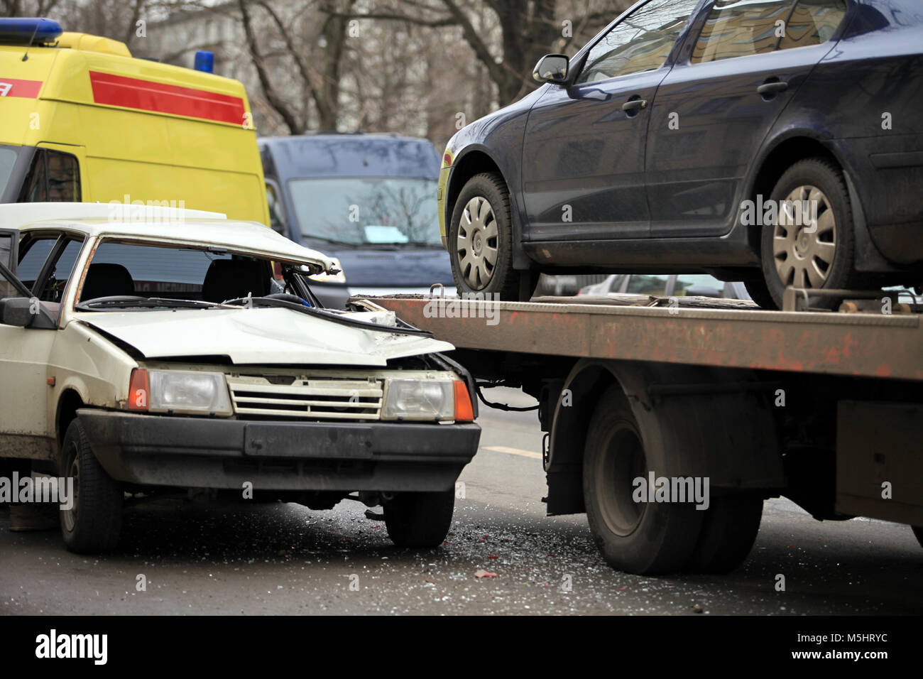 ñar accident passenger car and a tow truck - Stock Image