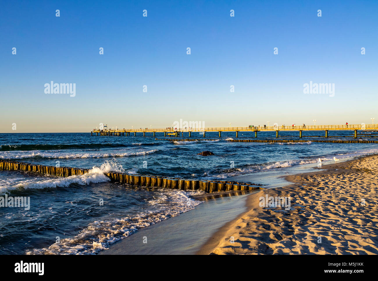 Germany, Mecklenburg-Western Pomerania, Baltic sea seaside resort Kuehlungsborn in the morning, sea bridge - Stock Image