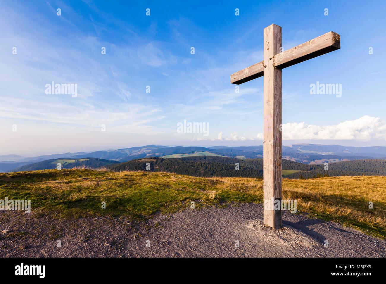 Deutschland, Baden-Württemberg, Schwarzwald, Blick vom Belchen, Gipfelkreuz, Aussichtspunkt - Stock Image