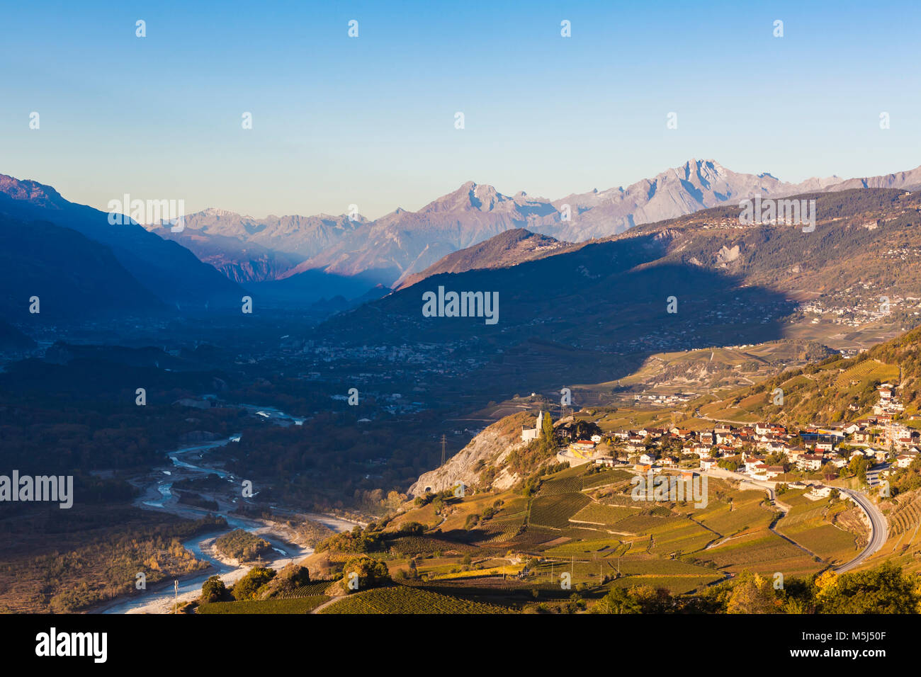 Schweiz, Kanton Wallis, Rhonetal, Rhone, Varen, frz. Varonne, Weindorf, Weinberge, Weinbau - Stock Image