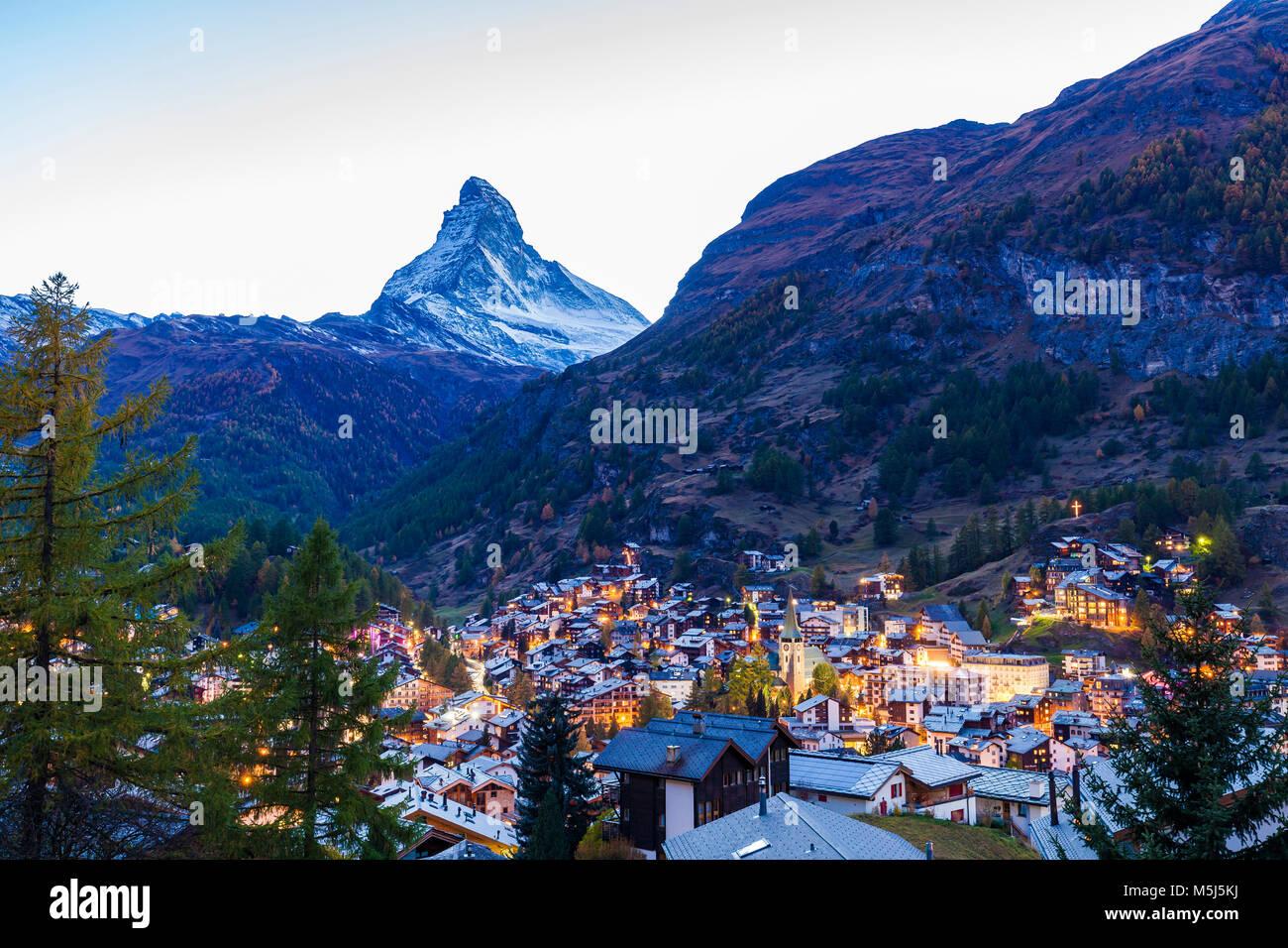 Schweiz, Kanton Wallis, Zermatt, Matterhorn, Ortsansicht, Kirche, Hotels, Chalets, Ferienhäuser, Ferienwohnungen - Stock Image