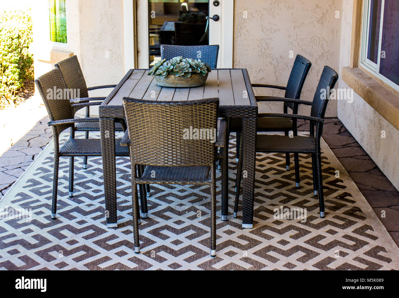 Outdoor Patio Table U0026 Chairs Under Shady Covering