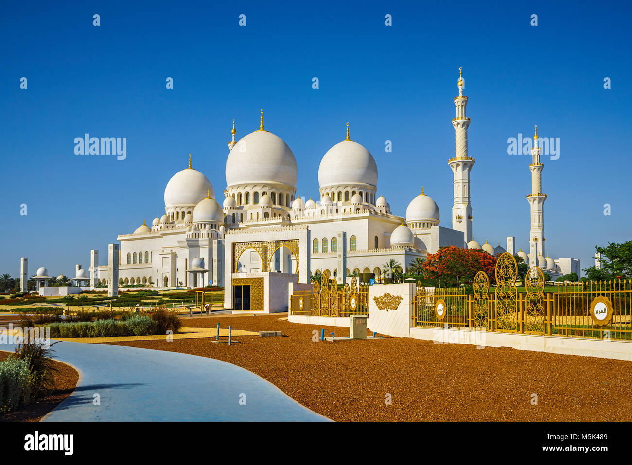 The imposing Sheikh Zayed Grand Mosque in Abu Dhabi - Stock Image