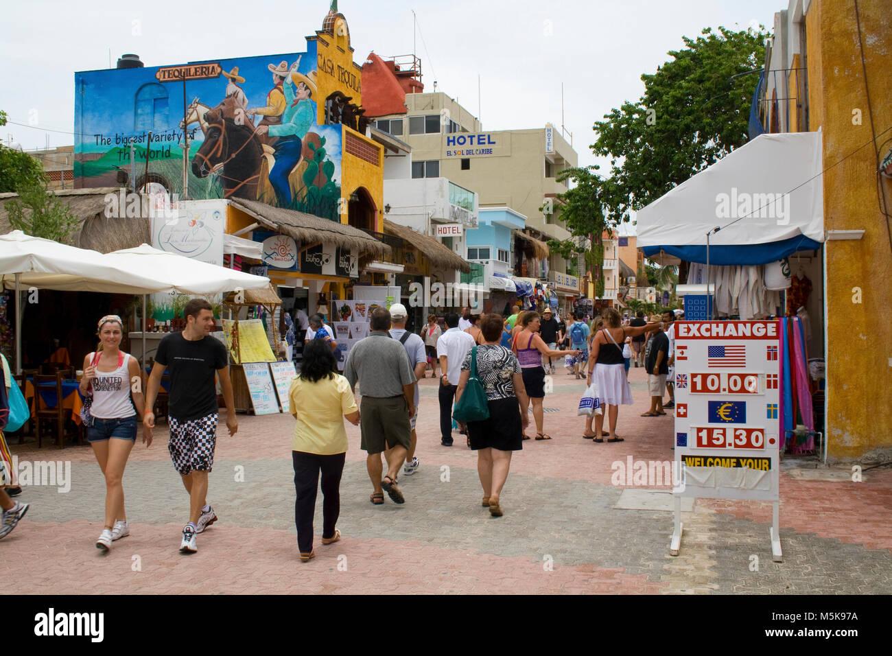 Touristen auf der Flaniermeile, Playa del Carmen, Mexiko, Karibik   Tourists at strolling promenade at Playa del - Stock Image