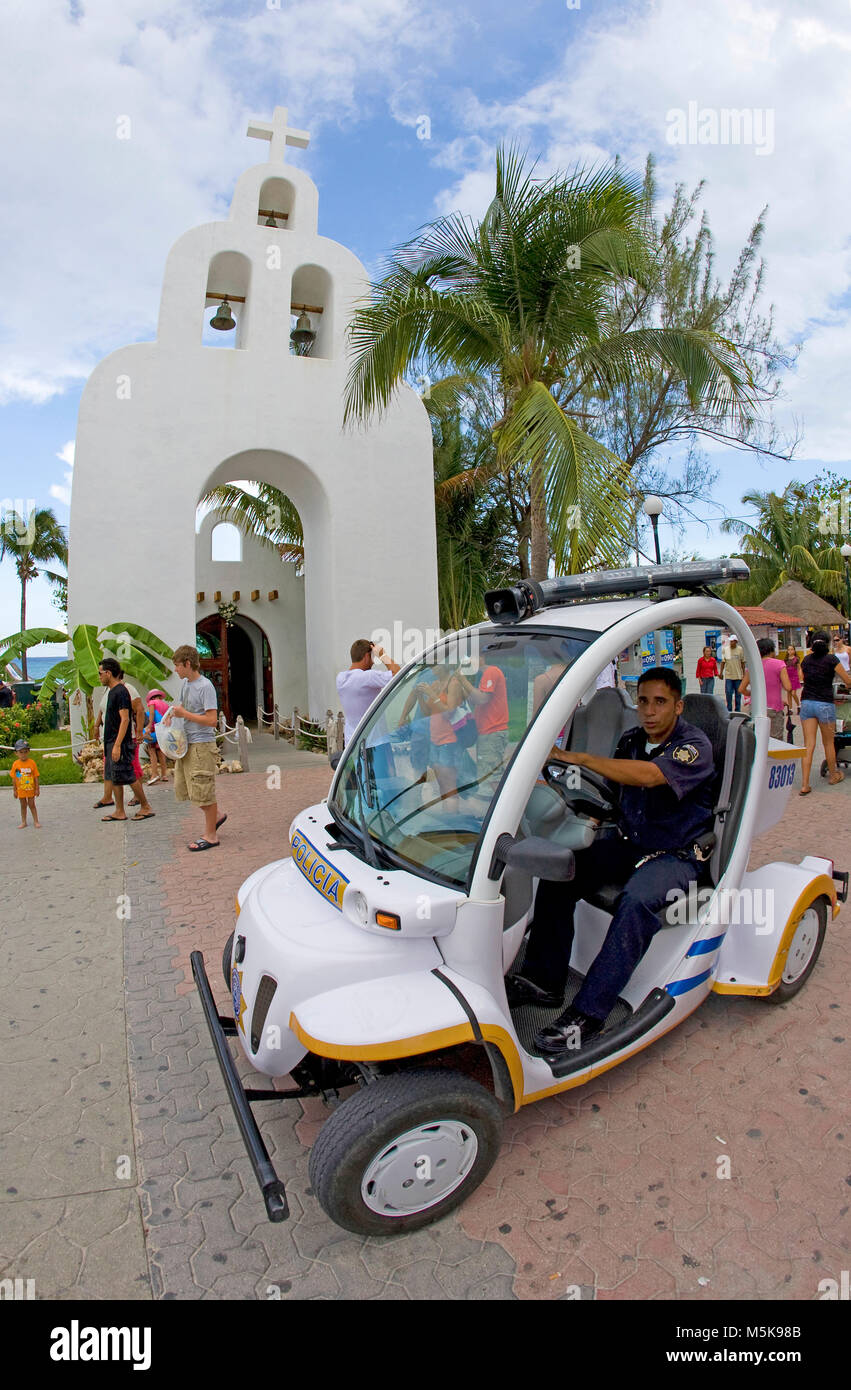 Policeman with e-car at strolling promenade of Playa del Carmen, Mexico, Caribbean - Stock Image