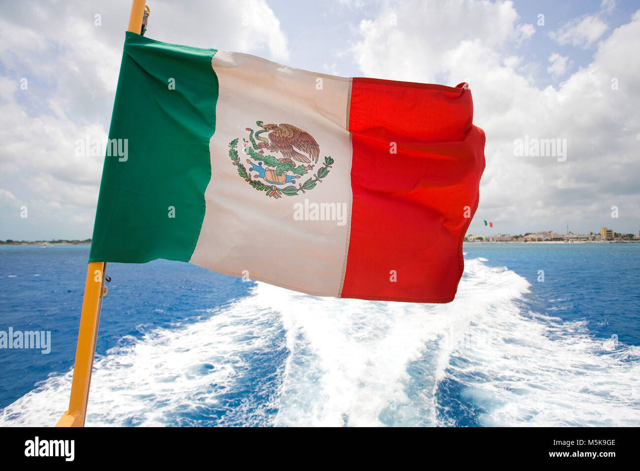 Bootsfahrt, mexikanische Nationalflagge am Heck, Cozumel, Mexiko, Karibik   Boat trip, mexican national flag at - Stock Image