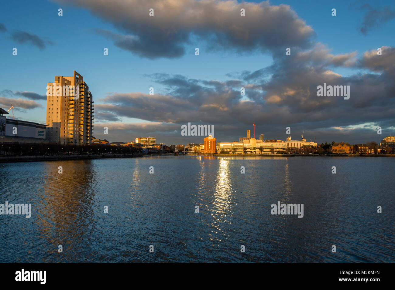 Late afternoon sun at Salford Quays, Manchester, UK.  The Sovereign Point apartment block at left. - Stock Image