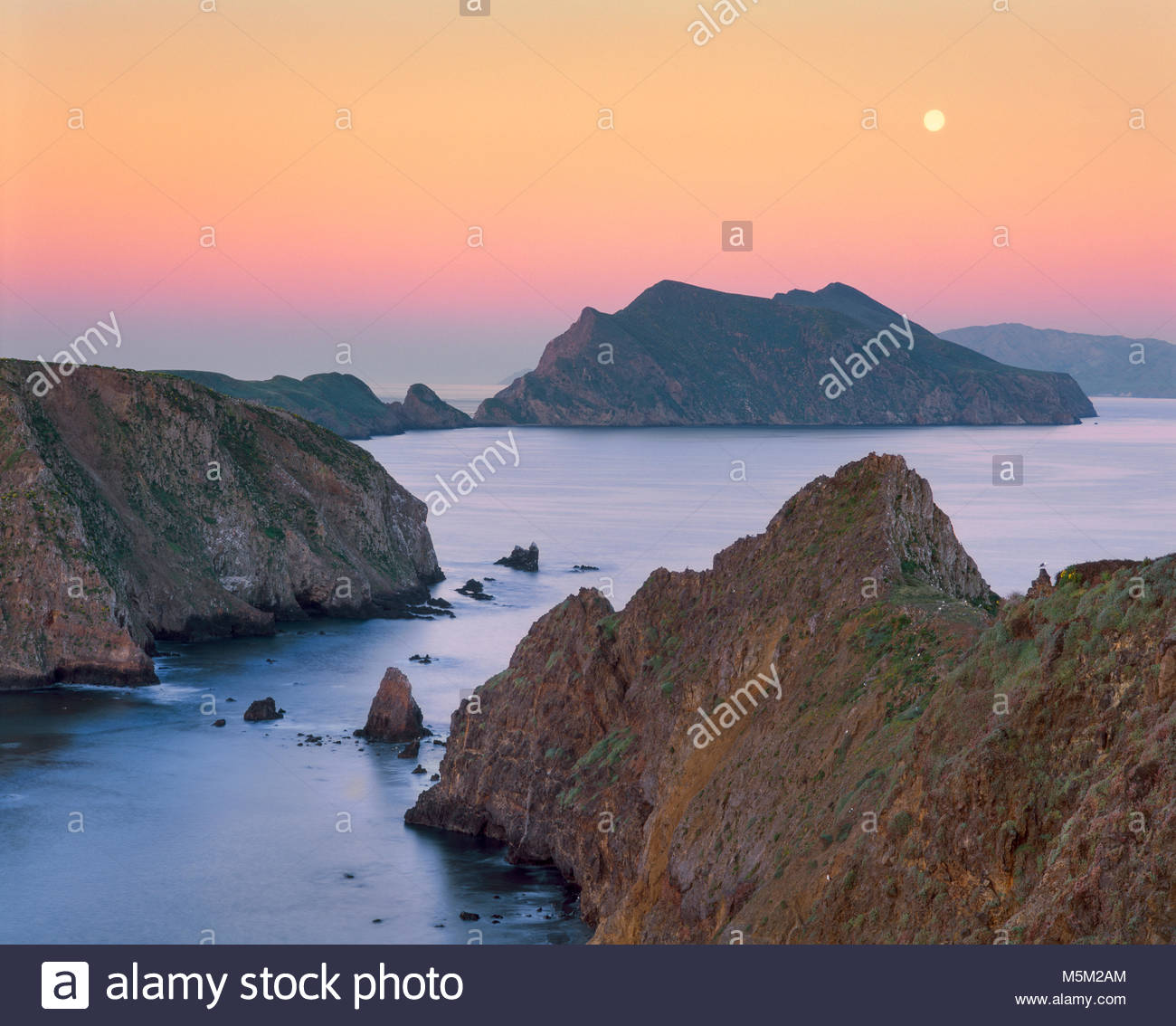 0603-2033  Copyright: George H.H. Huey  Full moon at dawn from East Anacapa Island.  Channel Islands National Park, - Stock Image