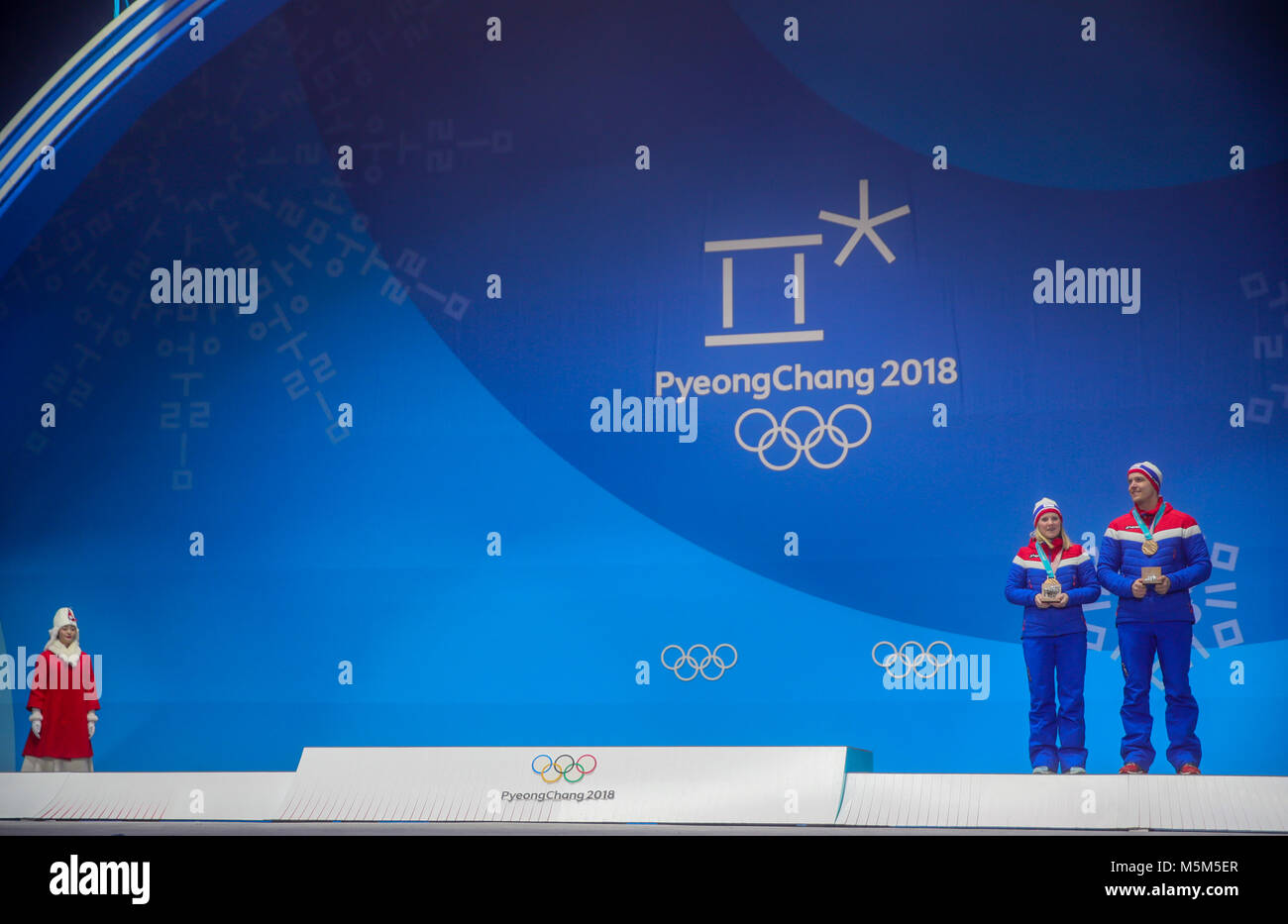 Pyeongchang, South Korea. 24th Feb, 2018. Norway's Kristin Skaslien and Magnus Nedregotten win bronze for their - Stock Image