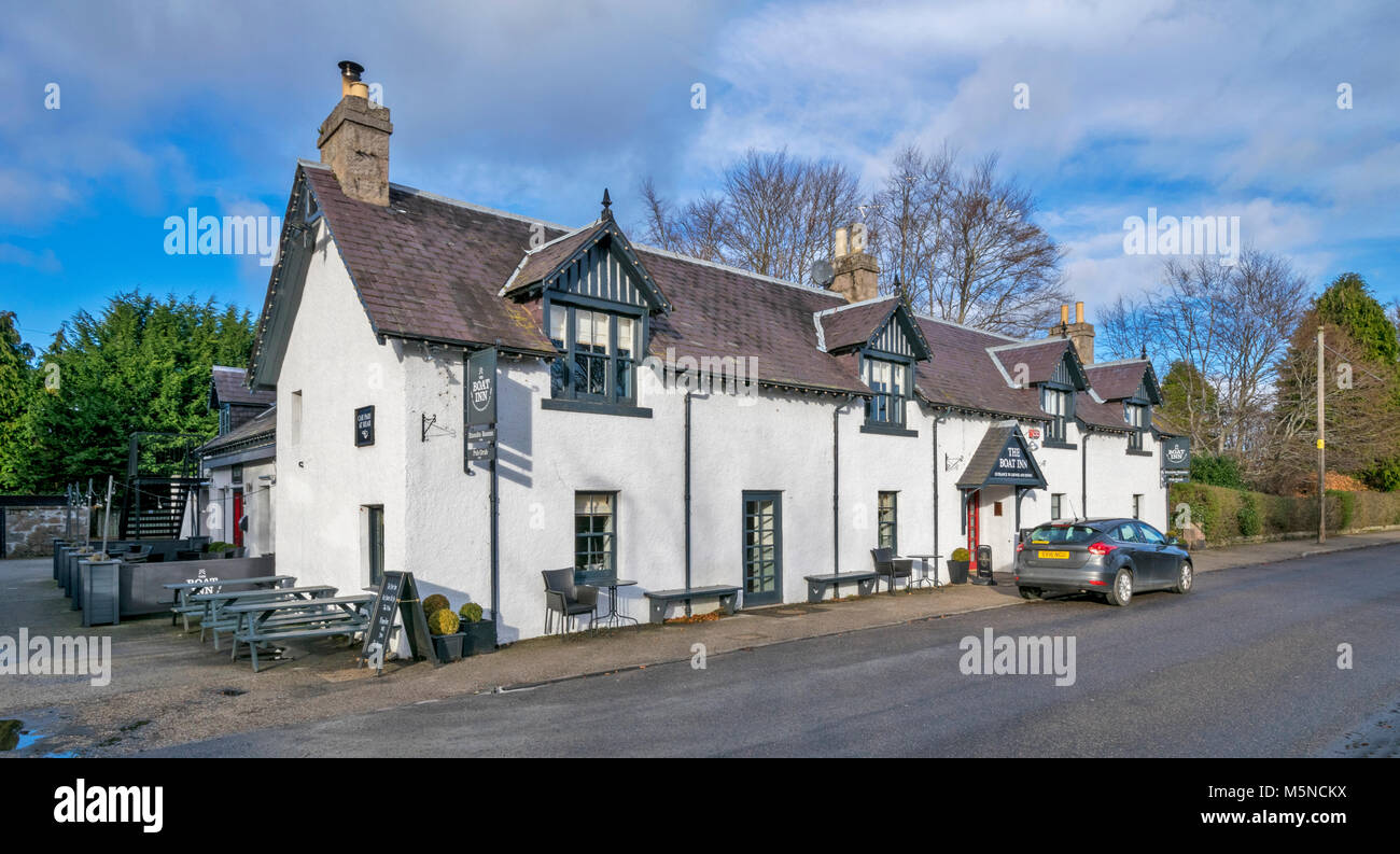 ABOYNE TOWN SCOTLAND THE BOAT INN ON THE BANKS OF THE RIVER DEE - Stock Image