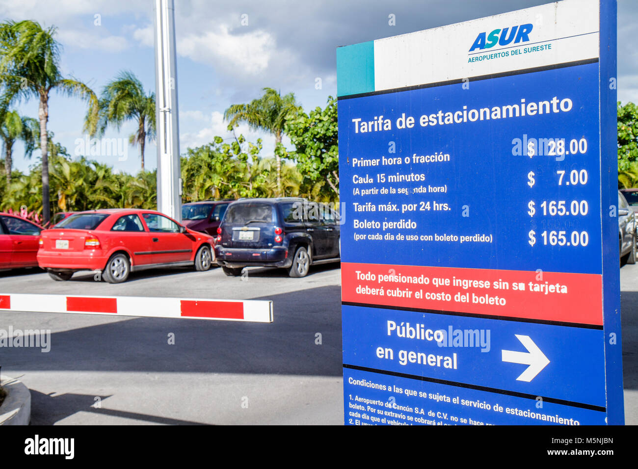 Airport parking stock photos airport parking stock images alamy cancun mexico yucatn peninsula quintana roo cancun international airport parking sign parking hourly rates stock kristyandbryce Images