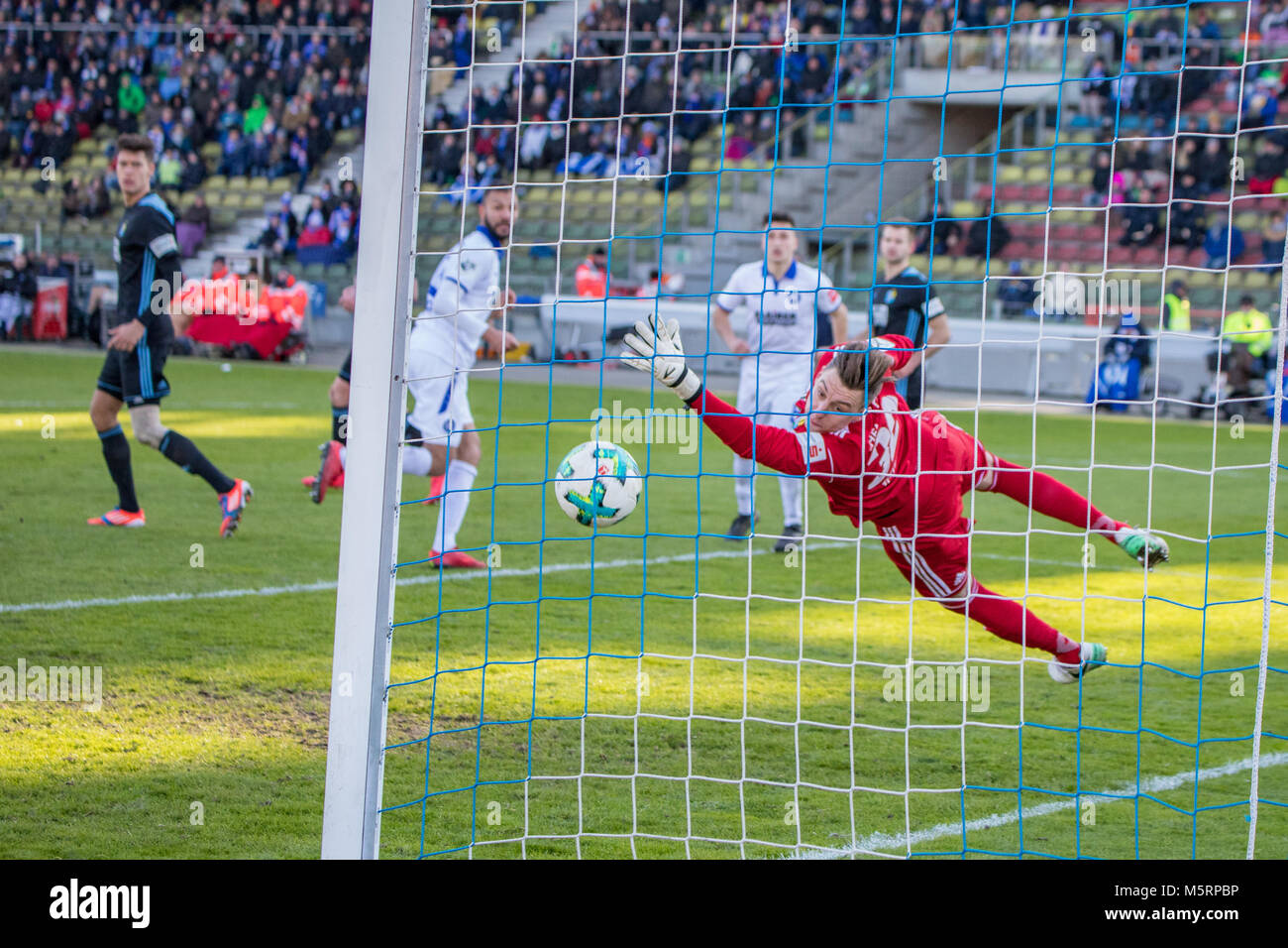 Karlsruhe, Germany. 25th Feb, 2018. Bundesliga soccer: Daniel Gordon (3) shoots the second goal, Keeper Kevin Tittel - Stock Image