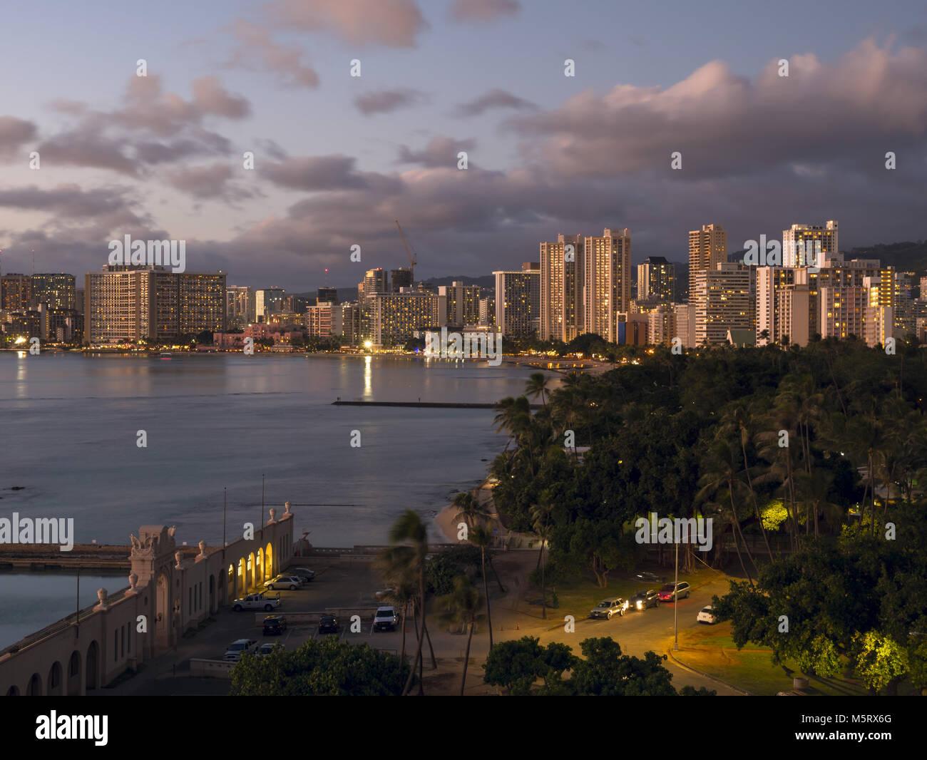 Honolulu, Hawaii, USA. 13th Dec, 2017. A scenic high-angle twilight view of Kapiolani Park and highrise hotels along - Stock Image